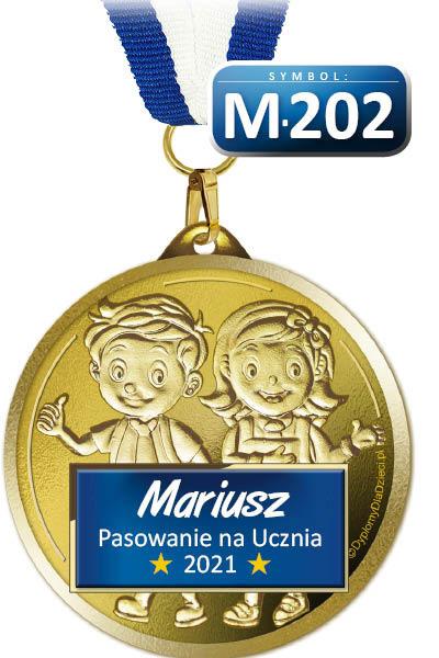 Medal M-202 Pasowanie na Ucznia posiada nadrukowane imię pierwszoklasisty oraz rok pasowania (bieżący)